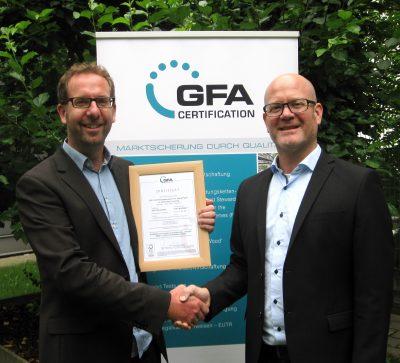 Zertifikatsübergabe bei der GFA Certification GmbH in Hamburg, Jörn Ackermann, re.(Geschäftsführer GFA Certification GmbH) und Ulf Sonntag, li. (Gründer und Leiter der ZGD), Juli 2016.