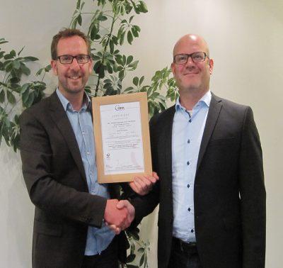 Jörn Ackermann (Geschäftsführer GFA Certification GmbH, im Bild rechts) übergibt das PEFC-Gruppenzertifikat an Ulf Sonntag, Gründer und Leiter der ZGD (im Bild links).
